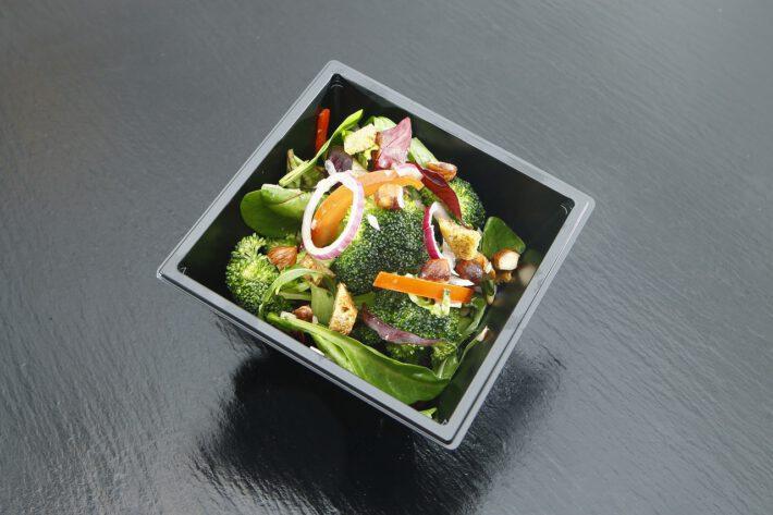 Zdrowe jedzenie w czarnej misce