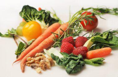 warzywa i owoce na białym stole