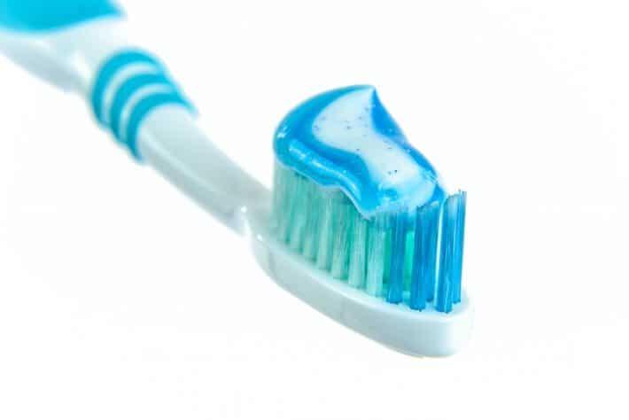 Szczoteczka do zębów z pastą na sobie