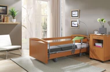 Łóżko ortopedyczne stojące w jasnym pokoju