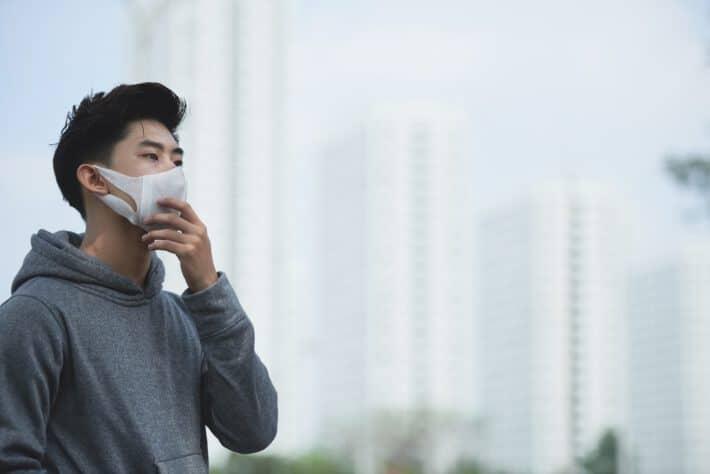 Mężczyzna z maską anty smogową na twarzy