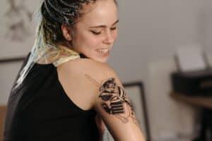 Damski tatuaż na przedramieniu