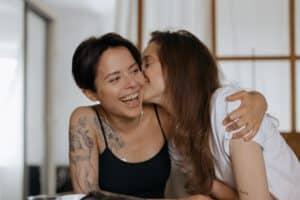 damski tatuaż na ciele uśmiechnietej kobiety