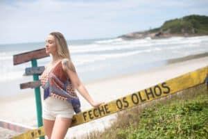 Kobieta z tatuazem na plaży