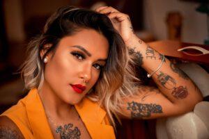 Piękna i elegancka kobieta z tatuażem na ciele