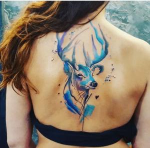 Kobieta z kolorowym tatuażem na plecach
