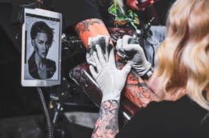 Tatuaż rekaw wykonywany przez kobietę