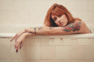 Tatuaz damski kwiat na ciele kobiety