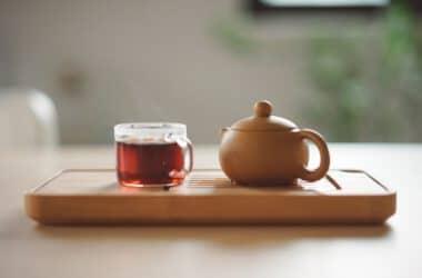 dzbanek i filiżanka z herbatą czerwoną