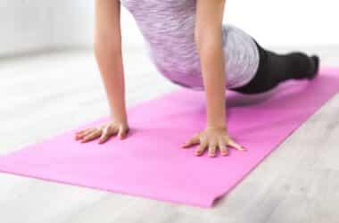 kobieta ćwicząca na macie do ćwiczeń