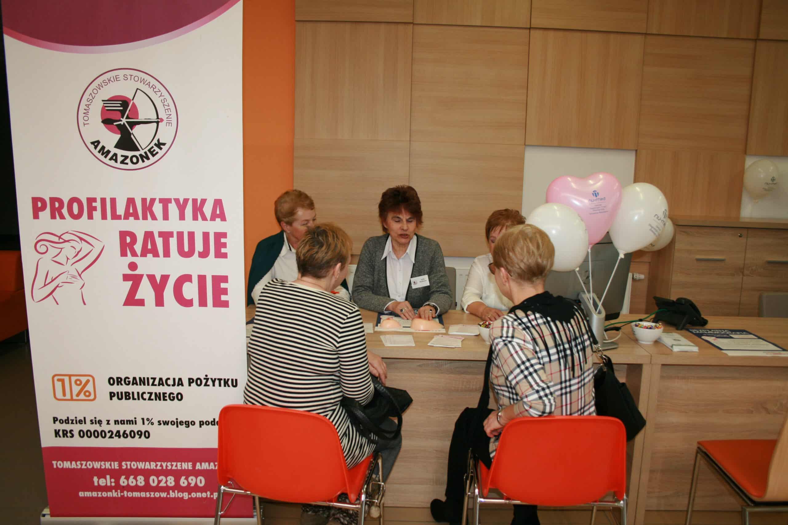 kobiety siedzą przy stoliku rozmawiając o profilaktyce raka piersi
