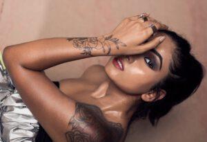 Kobieta z tatuażem o wyjątkowym znaczeniu