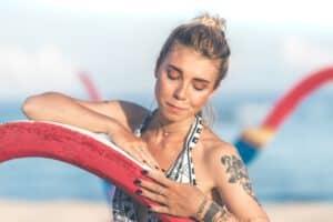 Kobieta z tatuażem na plaży