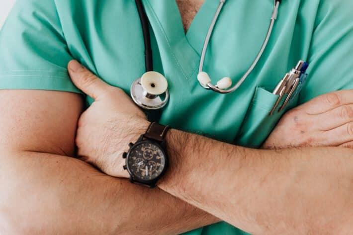 Lekarz zajmujący się leczeniem zastrzałów w palcach