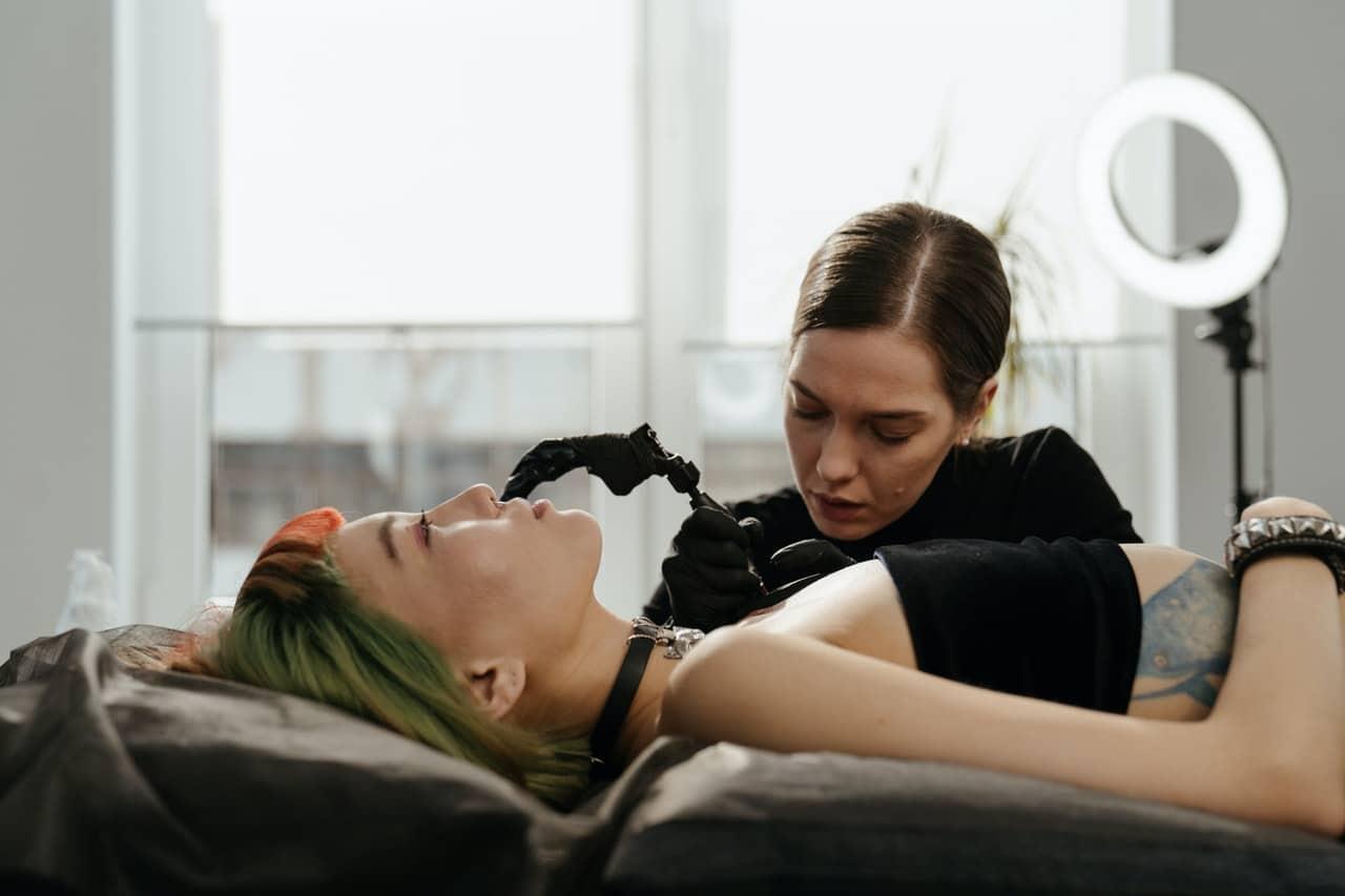 Gojenie i pielęgnacja tatuażu po zrobieniu