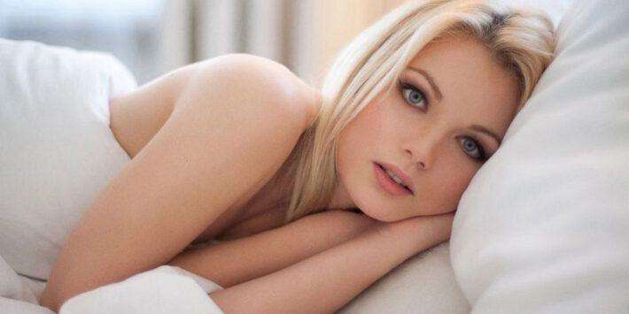kobieta w łóżku leząca na poduszce ortopedycznej