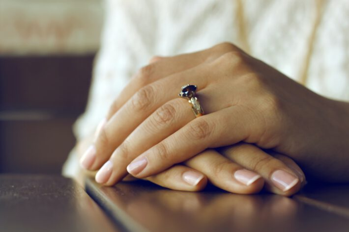 nawilżone kobiece dłonie