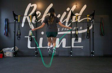 kobieta skacząca na skakance na siłowni