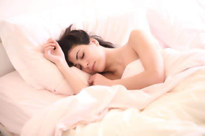 kobieta odpoczywająca w łóżku