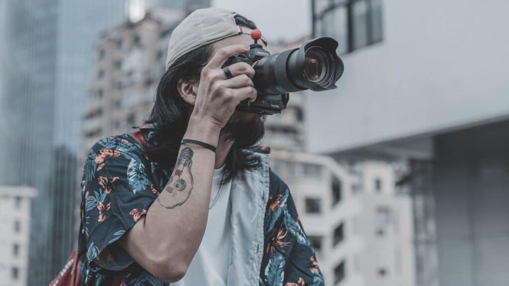 Mężczyzny w tatuazach robiący zdjęcia