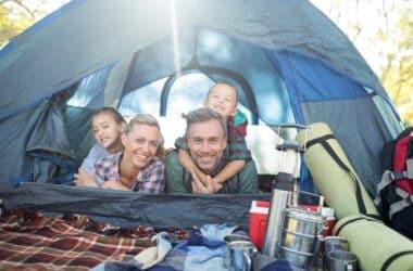 rodzina spędzająca czas pod namiotem