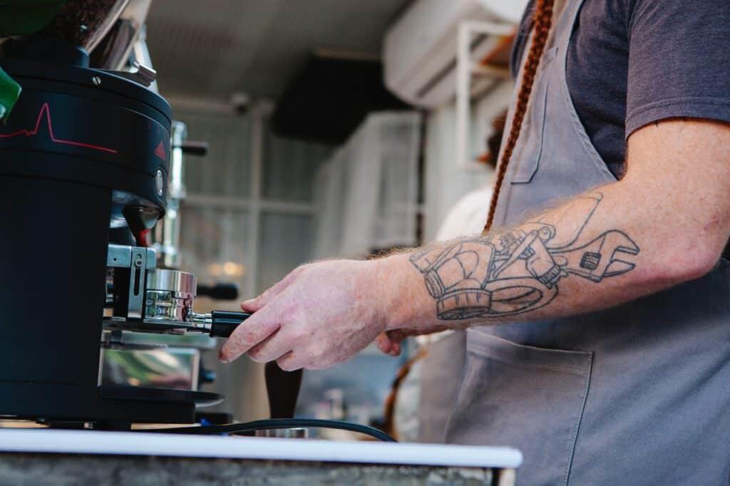 Tatuaż u baristy