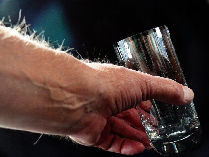 dłoń trzymająca szklankę