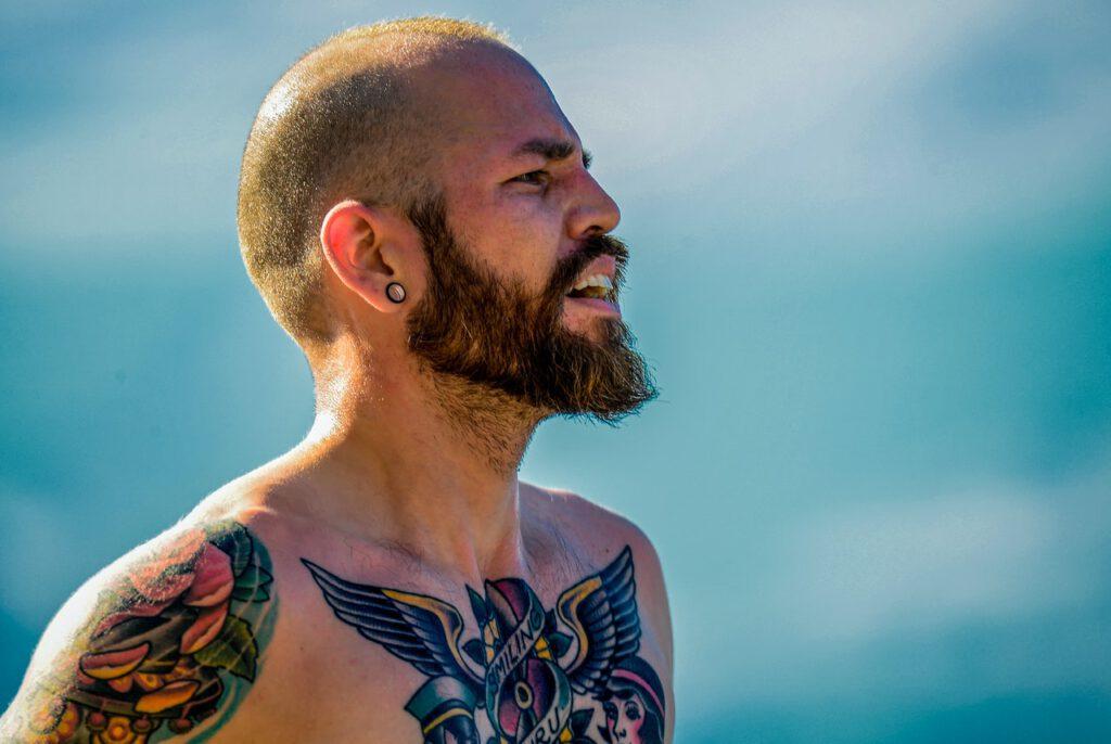Tatuaż na klacie u mężczyzny z brodą