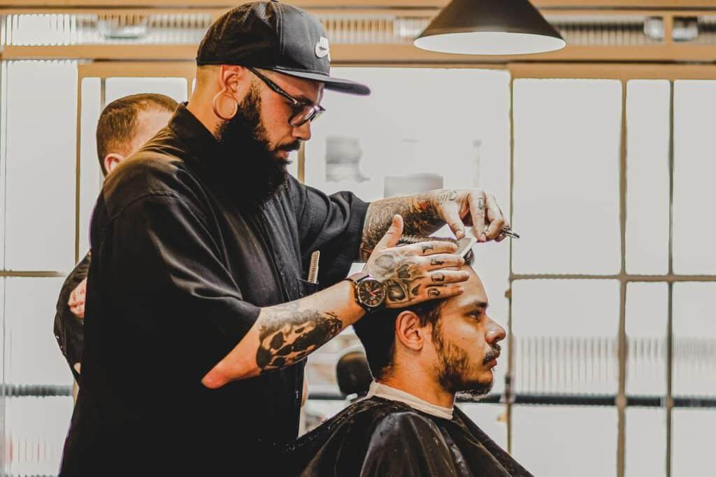 Tatuaż męski na ciele barbera