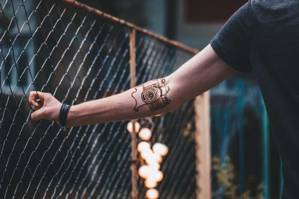Tatuaż na ręce mężczyzny