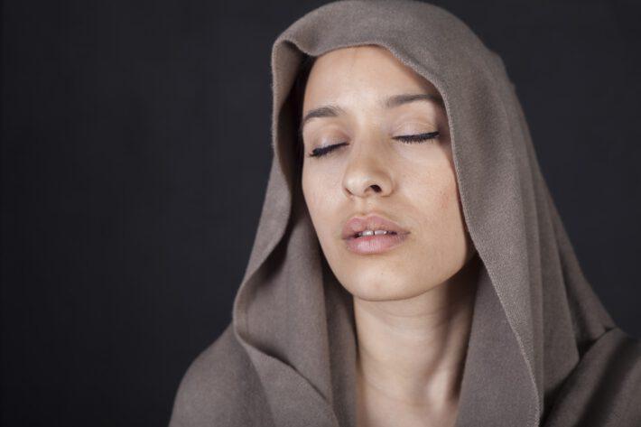 Kobieta z niegojącą się raną w nosie