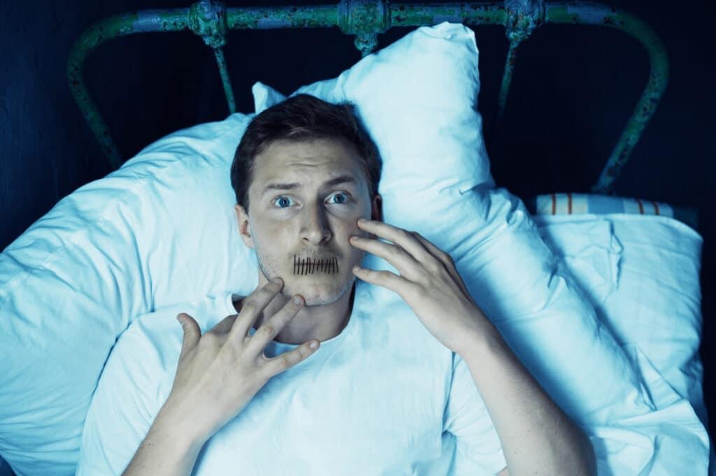 Mężczyzna borykający się z paraliżem sennym - demony