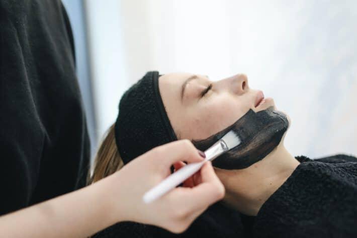 Wykorzystanie węgla aktywnego w pielęgnacji twarzy