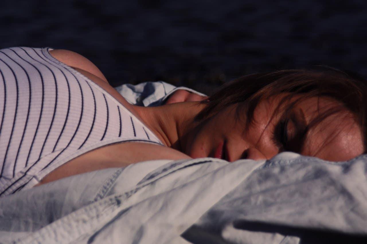 Kobieta borykająca się z paraliżem sennym.