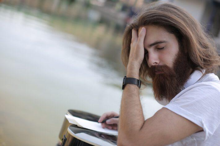 mężczyzna z gęstymi, długimi włosami