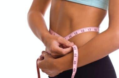 kobieta na diecie mierząca swoją talię