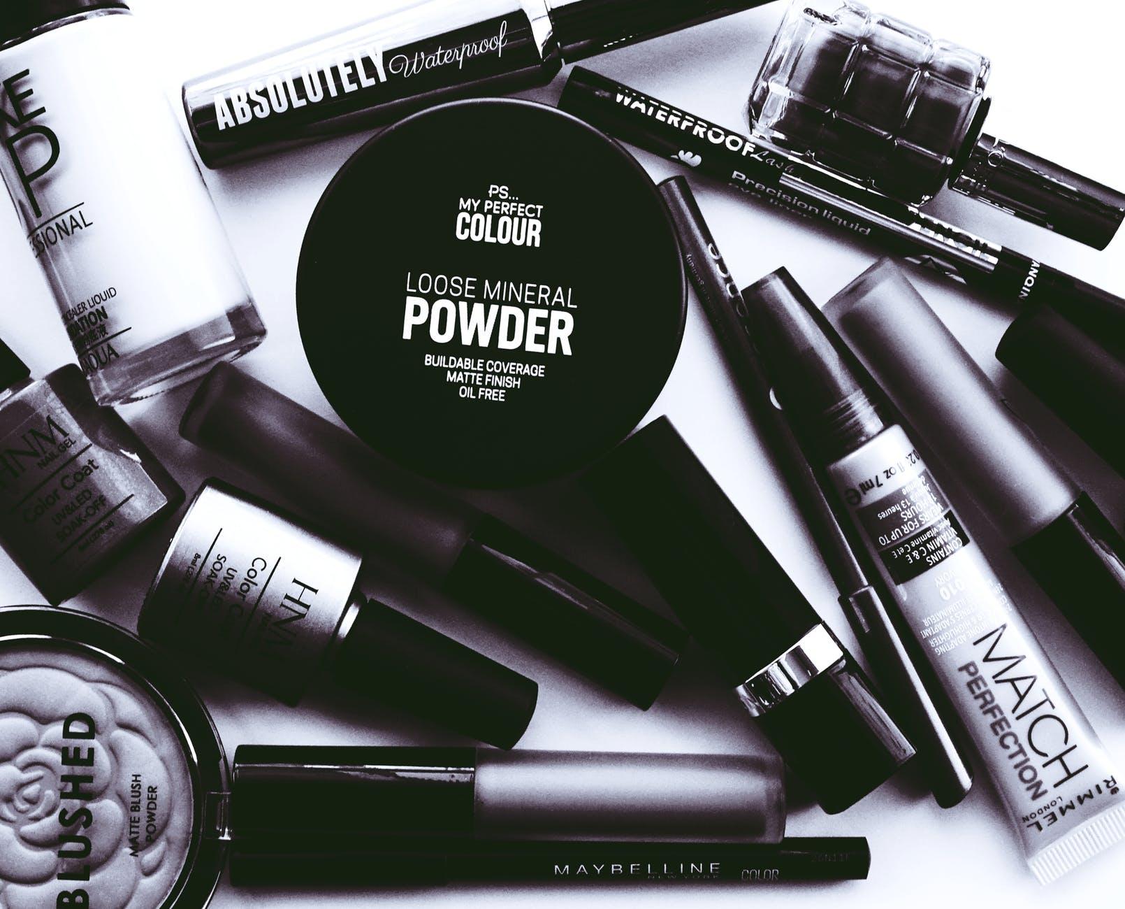 Dobry i tani sypki puder - dopełnienie każdego makijażu