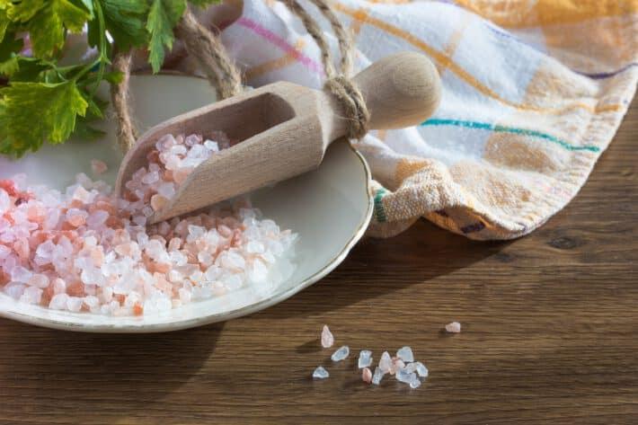 sól z kłodowy na białym talerzu