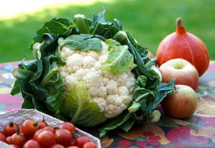 warzywa na stoliku do codziennej diety dla dzieci