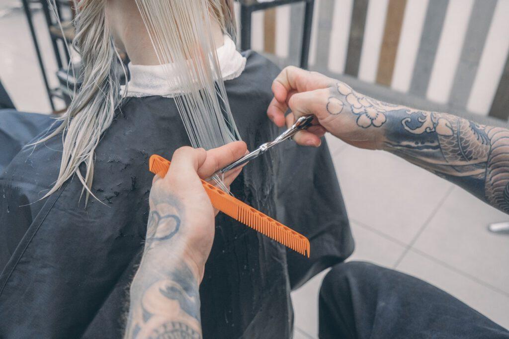 Fryzjer z tatuażami na dłoniach