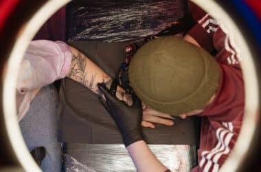 Wykonywanie tatuażu rękawa
