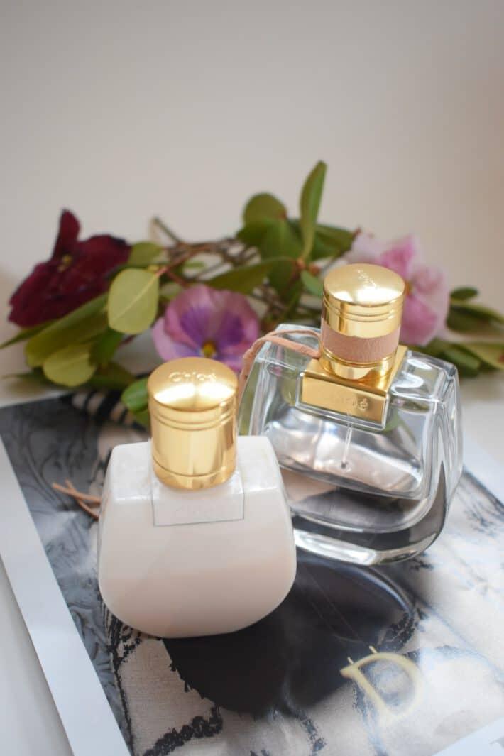 dwie buteleczki perfum na szklanym stole