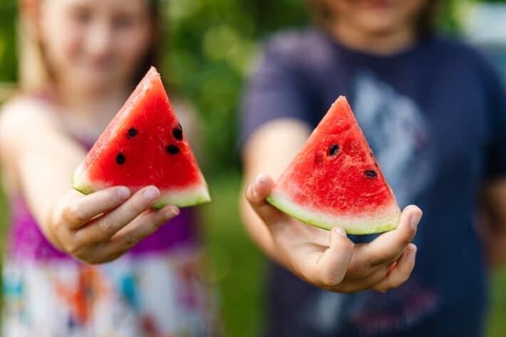 dzieci trzymające arbuzy