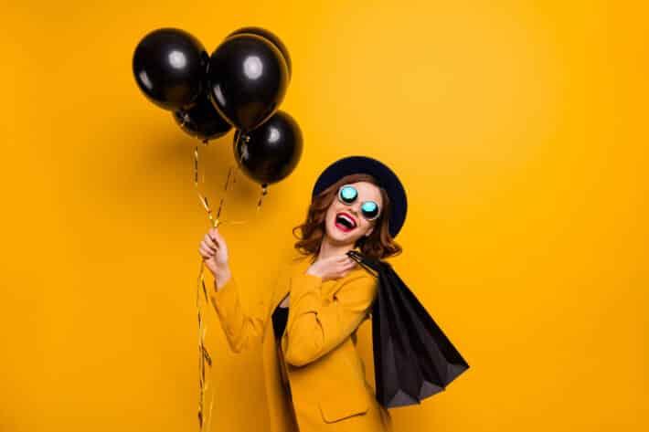 dziewczyna na żółtym tle z czarnymi balonami