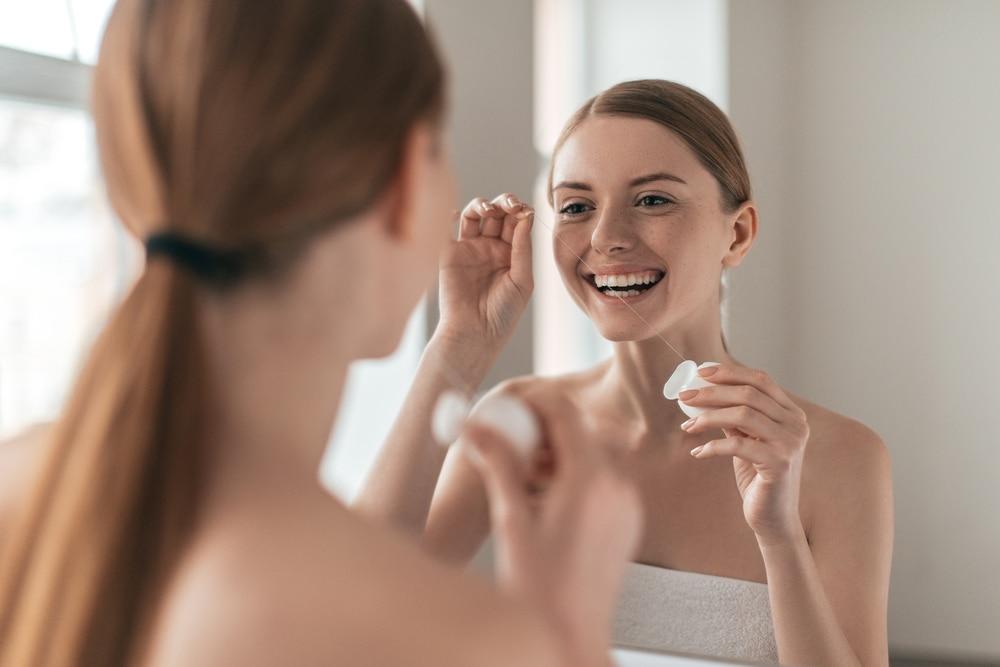 Nić dentystyczna przed czy po szczotkowaniu? Skuteczna higiena jamy ustnej