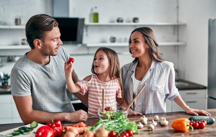 rodzina gotująca