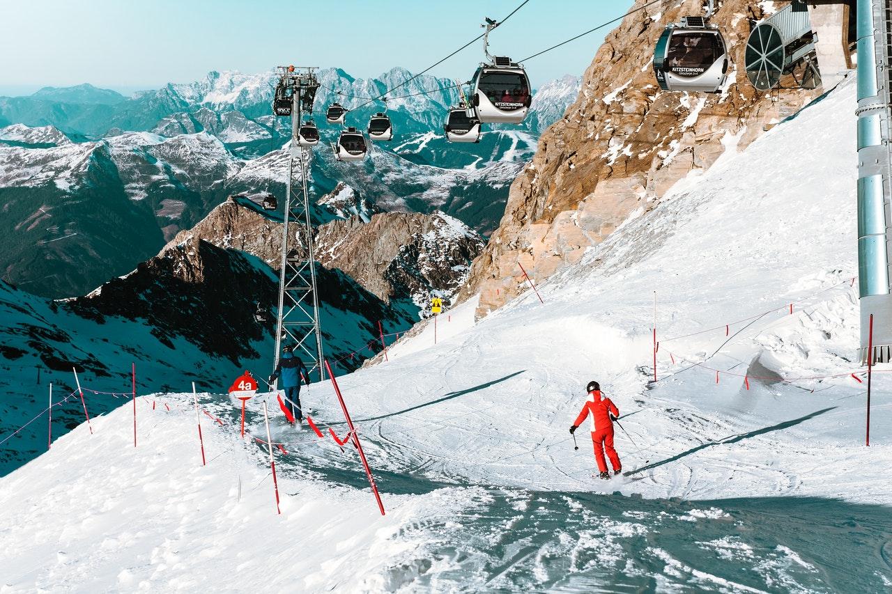 narciarz zjeżdża wyznaczoną trasą narciarską