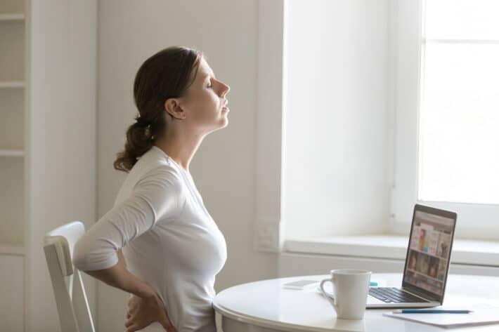 Kobieta z blizna po operacji kręgosłupa lędźwiowego