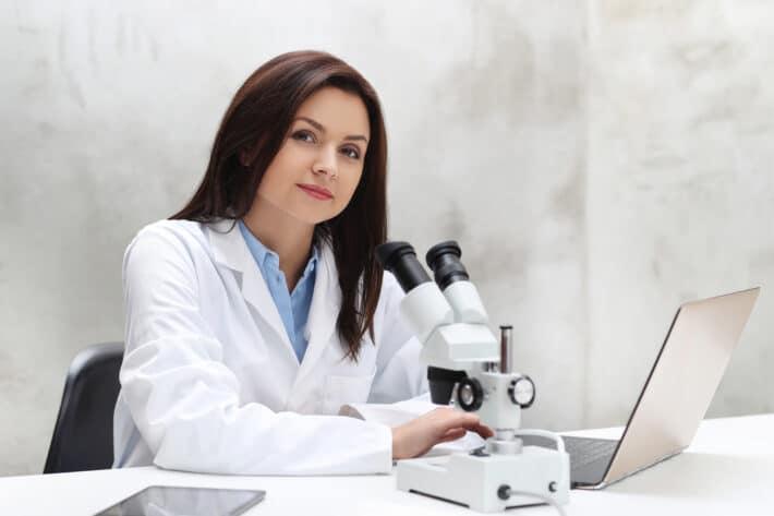 Doktor badająca poziom amylazy w moczu i we krwi