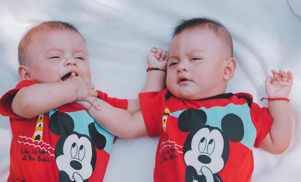 Bliźniaki – skąd się bierze ciąża wielopłodowa? Czym różnią się bliźnięta jednojajowe od bliźniąt dwujajowych?